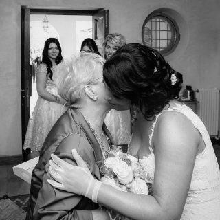 Torneremo ad abbracciarci e io sarò lì con voi. ❤️  Per info scrivetemi in DM . . . . . . . . . #PAOLODINTINO #wedding #matrimonio #fotografomatrimonio #futurasposa #weddingplanner #roma