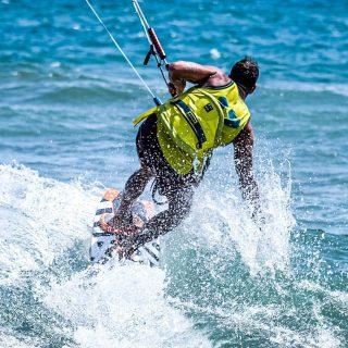 Up on the #Wave #kiters #kitesurf #kitesurfing #tucanokitefondi #tucanokiteclub #tucanokitesurf #sportphotography #fujifilmxt3 #xf56 #picoftheday #pictureoftheday #bestpicture #bestphoto #bestoftheday #saltodifondikite #saltodifondibeach
