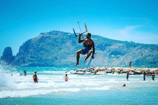 Fly like an eagle #kiters #kitesurf #kitesurfing #tucanokitefondi #tucanokiteclub #tucanokitesurf #sealovers #beach #bestphoto #bestpicture #bestoftheday #picoftheday #pictureoftheday #fujifilmxt3  #xf56