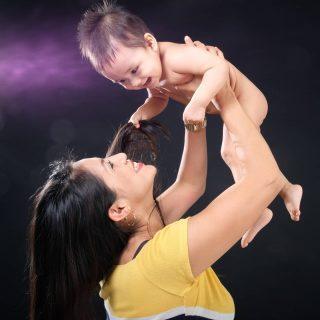 Quando scatto a un bambino come per magia divento un suo coetaneo 😂  Sapersi divertire e per un momento vivere come fanno loro è qualcosa di unico.  #ilovemyjob . . . . . . . . . . #paolodintino #fotografo #famiglia #scattidaricordare #mamma #neonato #neomamma #roma #mammaefiglia #family #italy #esseremamma
